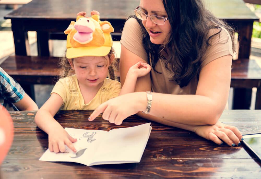 çocuk kitap okuyor